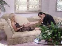 Psychiatra dotyka języczkiem jej stóp