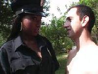 Policjantka ma sposoby na takich typów