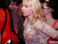 Pijane licealistki obciągają w klubie