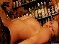 Goła barmanka