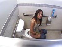 Podgląda siostrę w łazience