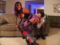 Sprząta dom w seksownym stroju