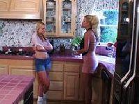 Blondwłose MILFy w kuchni