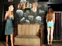 Samotne dziewice zamknięte w pokoju