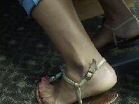 Słodkie stopy w sandałkach