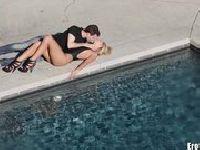 Erotyczne uniesienie na basenie