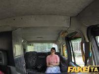 Kujonka wsiada do taksówki