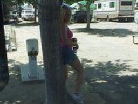 Daje dupy pod drzewem