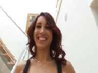 Zakłada seksowne pończochy dla męża