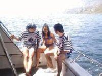Demia Moor i Monika Bella na łodzi