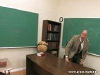 Młoda suczka rozbiera nauczyciela