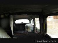 Seksowna cycolina wsiada do taksówki