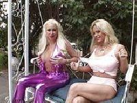 Impreza z blondynkami