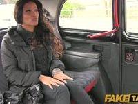 Ewa wsiada do ekspresowej taksówki