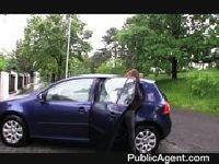 Wsiada do samochodu nieznajomego
