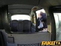 Lizanie cipy w taksówce