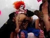 Cichodajka dupczy się z clownami