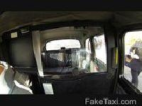 Studentka liczy na anal w taksówce