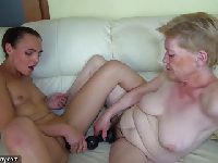 Babcia przekazuje jej swoje wysłużone dildo