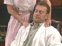 Ordynator prosi pielęgniarkę o masaż