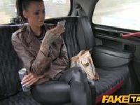 Wytatuowana punkówa w taksówce