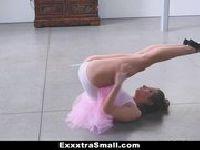 Balerina sprzedaje się instruktorowi