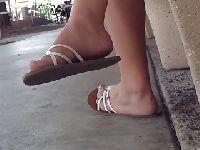 Stópki w plażowych sandałach