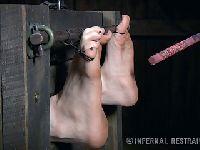 Torturuje stopy