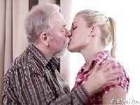 Spędza wakacje ze swoim dziadkiem