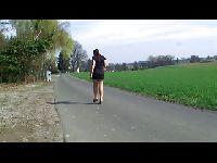 Chodzi nago po swojej wsi