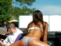 Niunia w mokrym bikini