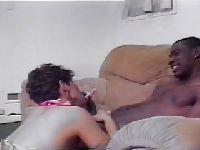 Zadowala czarnucha na kanapie