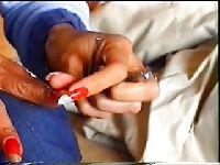 Wbija paznokcie w kutasa