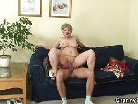 60-letnia kobieta wskakuje na penisa