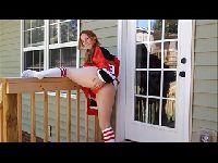 Ruda cheerleaderka palcuje się przed domem