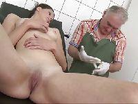 Stary ginekolog i jego młoda pacjentka