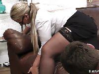 Sekretarka chętnie rozkłada nogi