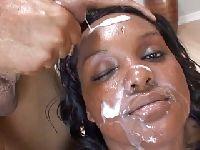 Biała sperma na czarnej skórze
