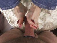 Żonka wysmarowała sobie stopy oliwką
