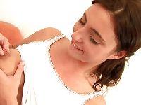 Młoda brunetka ze skaczącymi piersiami