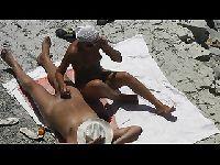 Nowa dziewczyna wali mu na plaży