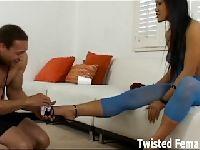 Christina Aguchi prosi o masaż
