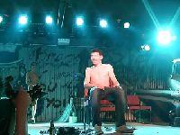 Laseczka rozbiera się na scenie