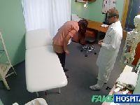 Dogłębnie sprawdza stan pacjentki