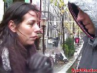 Klient spuszcza się na twarz prostytutki