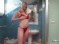 Fisting i porządna masturbacja w łazience