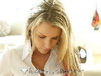 Masowanie penisa w wykonaniu młodej blondynki