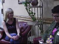 Lisa Wilcox na randce w restauracji