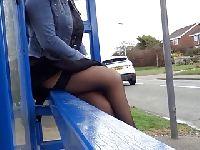 Podgląda ładną panią na przystanku