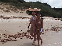 Rozebrane kobiety chodzą po plaży